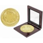 """Медаль наградная """"Золото""""; золотистый; 12х12х2,2 см; D=8,7 см; металл, дерево, стекло; лазерная грав"""